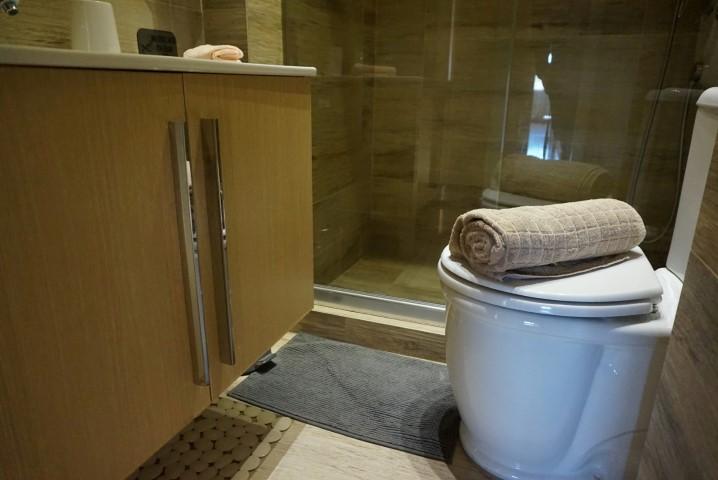 5) 1st bathroom (2)