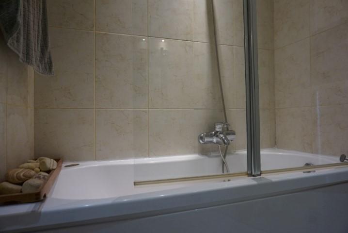 7) 2nd bathroom (2)